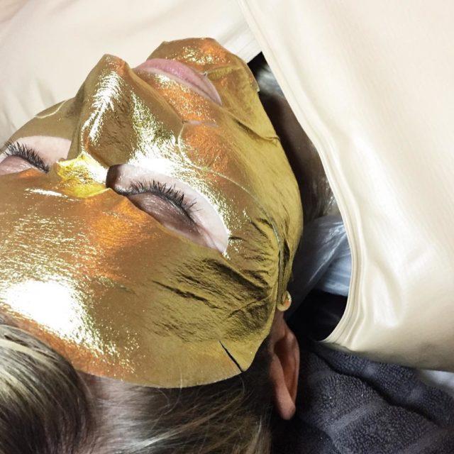 24 karat guld i ansigtet mod stress trthed og rynkerhellip