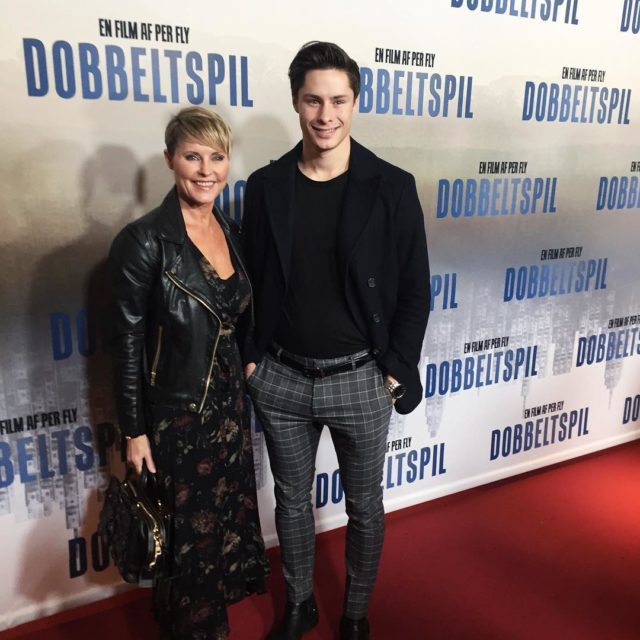 Stolt mor poserer med ldstesn Emil til premiere p Perhellip